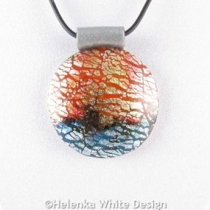 Dichroic round pendant in red - detail