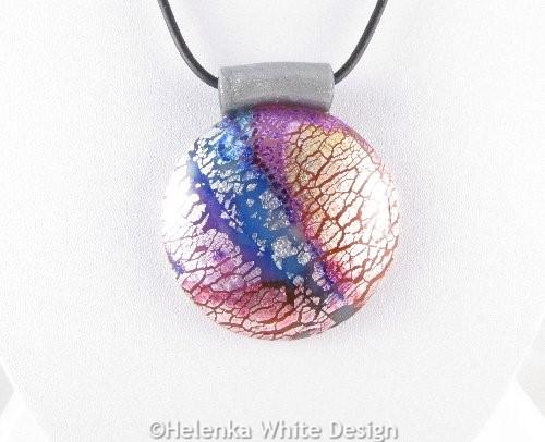 Dichroic round pendant in purple -detail