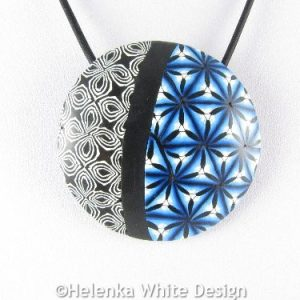 Polymer clay flower pendant 1- detail
