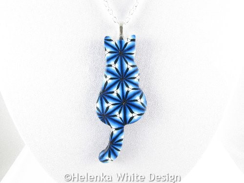 Sitting blue cat pendant - detail