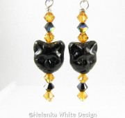 Cat face earrings in topaz and black - detail