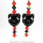 Cat face earrings in red and black - detail