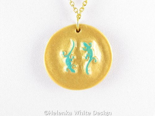 Gecko pendant in gold and green detail
